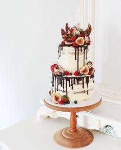 "Chloe Kerr Cakes. ""Mallowy chocolate meringue drip cake #dripcake #cakeswollongong @cakeinspo #chloekerrcake #ilvoefigs"""