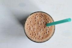 Goeiemorgen (middag of avond)! Vandaag hebben we een lekkere, vullende smoothie met banaan, cacao en havermout. Als je weinig tijd hebt om te ontbijten, dan is dit zeker een snelle en goede optie.   R
