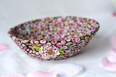 There's beauty in simplicity - Fashion look - URSTYLE Glitter Fabric, Pink Fabric, Green Fabric, Dots Candy, Pink Candy, Cute Desk Accessories, Pink Bowls, Ring Dish, Baby Nursery Decor