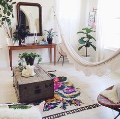 Quem adora deitar na rede sabe que encontrar espaço para elas em apartamentos na cidade grande pode ser um desafio: às vezes, a varanda tem metragem super apertada para instalar uma dessas. Mas há quem ouse e arranje um jeitinho de conseguir este espaço de sossego até no meio da sala ou do quarto. #redes #hammock #decoração #decor