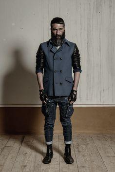 Cappotto con chiusura a doppio petto, taschine ad aletta, e maniche in tessuto di contrasto (pelle). Composizione: 75% lana, 20% poliacrilico, 5% altre fibre ). http://www.flooly.com/it/cappotto-uomo-hotel/15995
