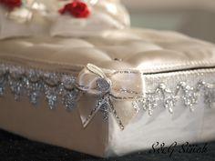 Liebevoll dekoriert mit silberner Bordüre und Schlaufen mit silbernen Röschen!