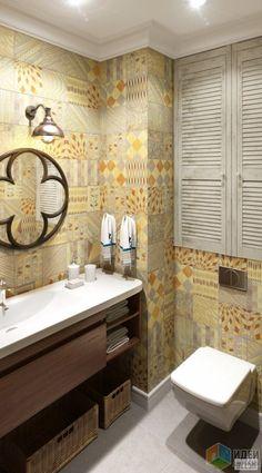 Стены и пол второго санузла облицованы оригинальной керамической плиткой Del Conca Portland, что делает его ярким и запоминающимся. Здесь мы опять видим жалюзийные двери, как и в главной ванной, с организованным за ними местом для хранения.