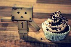 Kartonmännchen mit Muffin