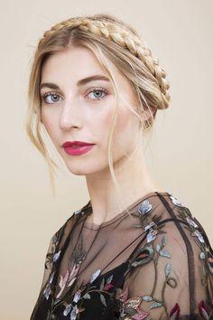 modelo com cabelo loiro usando uma trança camponesa
