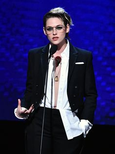 Kristen Stewart – Annual American Cinematheque Awards Gala in Los Angeles Androgynous Fashion, Tomboy Fashion, Suit Fashion, Fashion Outfits, Kristen Stewart Hair, Kirsten Stewart, Caroline Dhavernas, Moda Punk, Tomboy Stil