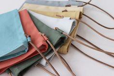 布1枚で作る、簡単スマホショルダーポーチ(ポシェット)の作り方 | nunocoto fabric Korean Bags, Clutch Bag, Tote Bag, Craft Bags, Fabric Bags, Hermes Kelly, Mini Bag, Sewing Projects, Pouch