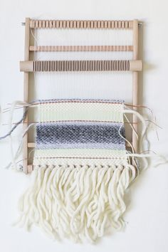 DIY: weaving mini tapestry - we love handmade-DIY: Mini-Wandteppich weben – we love handmade we love handmade Cost Of Carpet, Diy Carpet, Carpet Ideas, Modern Carpet, Diy Projects To Sell, Diy Crafts To Sell, Textiles, Carpet Runner, Wall Tapestry