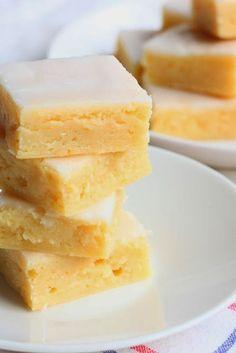 Tahmeat sitruunabrowniet / Sticky Gooey Lemon Brownies - Suklaapossu Lemon Brownies, Ice Cream Pies, Sweet Pie, Food N, Cheesecake, Brunch, Tasty, Sweets, Snacks