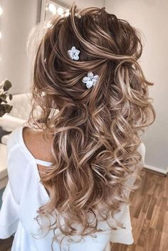 wedding hairstyles blonde loose curls on blonde hair with white flowers t., summer wedding hairstyles blonde loose curls on blonde hair with white flowers t., summer wedding hairstyles blonde loose curls on blonde hair with white flowers t. Loose Wedding Hair, Wedding Hair And Makeup, Wedding Hair Blonde, Wedding Curls, Hair For Bride, Curly Bridal Hair, Medium Hair Styles, Curly Hair Styles, Wedding Hair Inspiration