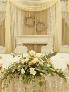 A vintage alaphangulat elkerülhetetlen eleme a csipke. Mindenkinek eszébe juttatja a saját nagyiját, a régi ház függönyeit, a kézzel készített, horgolt-, vagy vert csipkecsodákat. Tabula Rasa, Wreaths, Wedding, Vintage, Home Decor, Mariage, Homemade Home Decor, Weddings, Deco Mesh Wreaths