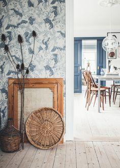 Adopt the white and blue mediterranean decor Home Interior, Interior And Exterior, Interior Design, Farm Wallpaper, Wallpaper Stairs, French Wallpaper, Wallpaper Ideas, Turbulence Deco, Mediterranean Decor
