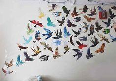 Parede de pássaros coloridos.