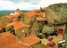 Considerada a aldeia mais portuguesa de Portugal, Monsanto localiza-se no concelho de Idanha-a-Nova.