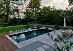 Ein privates Becken mit gelungenem Materialmix. Sehr puristisch, stilvoll und mondän. Die klaren Formen der Gartengestaltung gehen in den Poolbereich über. Mehr Pool-Infos unter www.bsw-web.de #Pools #Schwimmbad #Swimmingpool #Gartenpool