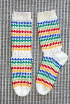 """Tavalliset värikkäät """"Jämälanka""""-sukat, 7-veljestä ja puikot 3 1/2. Socks, Fashion, Moda, Fashion Styles, Sock, Stockings, Fashion Illustrations, Ankle Socks, Hosiery"""