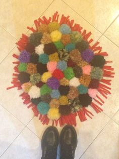 Tappeto fatto a mano con pompom di lana colorata