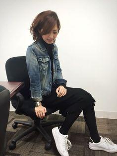 VICTIMのデニムジャケットを使った安田美沙子さんのコーディネートです。│ハイネックニットのワンピ❤️