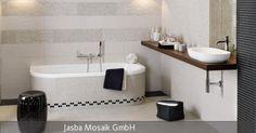 Ein modernes und zeitloses Ambiente wird in diesem Badezimmer gestaltet mit Fliesen in Schwarz-Weiß. Während sich kleine Mosaikfliesen an den Wänden mit großflächigen Fliesen am Boden abwechseln, treffen sich die schwarz-weißen Fliesen auf der Badewanne, was die gegensätzlichen Farben harmonisch vereint. Für eine natürliche Note sorgt der Waschtisch aus Holz.