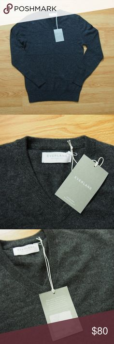 Everlane: The Men's Cashmere V-Neck (Charcoal, XS) Everlane 100% Cashmere V-Neck Sweater. Menswear inspired. Charcoal color.  XS.  They are super soft and warm. Really nice high quality cashmere.  Please Note: This one is my sister's and she peeled off the barcode, but the tag is attached  Respective images © Everlane Everlane Sweaters V-Necks