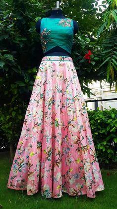 Lehenga floral para una recepción al aire libre o una boda india Western Dresses, Indian Dresses, Indian Outfits, Indian Attire, Indian Wear, Red Lehenga, Lehenga Choli, Anarkali, Floral Lehenga