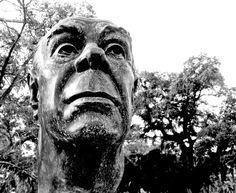 """Borges todo el año: Jorge Luis Borges: Composición escrita en un ejemplar de la gesta de """"Beowulf"""" -  Busto de Borges por Carlos Estévez - Jardín de los Poetas, 1996.   Jardines de Palermo, Buenos Aires.  Foto: Patricia Damiano http://borgestodoelanio.blogspot.com/2015/02/jorge-luis-borges-composicion-escrita.html"""