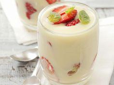 Weiße Schokoladencreme mit Erdbeeren | http://eatsmarter.de/rezepte/weisse-schokoladencreme-mit-erdbeeren
