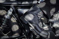 Red Wing Heritage collabore cette saison avec l'atelier danois Wrenchmonkees pour concevoir une version spéciale all black de la botte Iron Ranger. Pensée pour la moto, la paire est conçue en cuir rough-out noir ciré et est montée sur une semelle Vibram. Limitée à seulement 666 exemplaires, la paire est disponible depuis aujourd'hui en ligne.