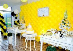 Salón y mesa dulce de cumpleaños de abejita~ me encanta el color