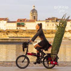 Le #sapindenoël se transporte aussi à Vélo ! #DansMesBakkies Motorcycle, Vehicles, Veils, Transportation, Molle Pouches, Bicycle Kick, Biking, Motorcycles, Motorbikes
