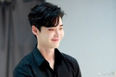 Actor Lee Jong-suk posted a picture on Weibo with the words, 'How are you? Lee Jong-suk is at work in the picture. Lee Jong Suk Cute, Lee Jung Suk, Korean Men, Korean Actors, Korean Wave, Asian Actors, Asian Men, Yong Pal, Kim So Eun