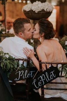 Adorable pilot and co-pilot sweetheart chairs | Image by Swak Photography