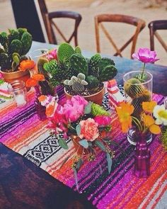 Já pensou em fazer um casamento tropical bem colorido e inspirado em flores e frutas? Olha que mesa diferente! Eu achei lindo e bem ousado!