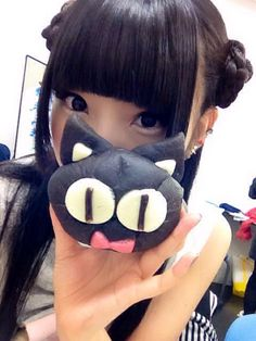 相沢梨紗 Aizawa Risa - Dempagumi.inc / でんぱ組.inc - holding black cat with big eyes