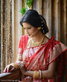 Bengali bridal makeup - Explore the art of bengali alpana patterns, Bengali chandan designs & forehead art with amazing Bengali makeup looks of Bengali Bride, Bengali Wedding, Bengali Saree, Saree Hairstyles, Indian Wedding Hairstyles, Julianne Hough, Styles Bob, Hair Styles, Bridal Hairstyle For Reception
