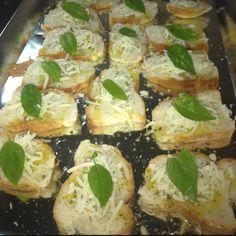 Pan horneado con aceite de olivo, queso y Albahacar