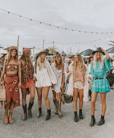 festival boho looks Style Indie, Hippie Style, Bohemian Style, Boho Chic, Woodstock Outfit, Woodstock Fashion, Music Festival Outfits, Music Festival Fashion, Party Fashion