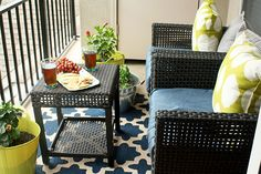 Blogger Jewel Hazelton freshened up her patio decor with a new outdoor rug and new cushions for her patio set. Click through for more of her patio refresh. || @eatdrinkshopluv