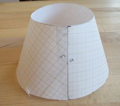 Hoe zelf een lampenkap op maat maken ? Als je zelf een traditionele lampenkap wil maken krijg je zoals ik, waarschijnlijk te maken met de vraag hoe je die uitgevouwen vorm moet tekenen. Na veel sur…