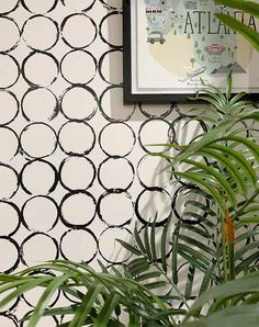 In the past few years, wallpaper has made a roaring comeback. And today's post shares how to create easy patterned wallpaper using paint. Hand Painted Wallpaper, Hand Painted Walls, Painting Wallpaper, Easy Wallpaper, Modern Wallpaper, Wall Paint Patterns, Painting Patterns, Painting Designs On Walls, Sponge Painting Walls
