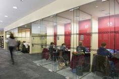 De petits espaces – des carels - ont été aménagés pour permettre aux étudiants de travailler seuls ou en petits groupes. Au sol, la moquette est venue remplacer le sol en caoutchouc participant à une meilleure acoustique des lieux.
