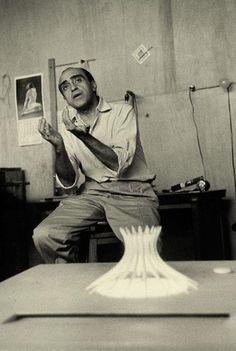 Oscar Niemeyer e a maquete para a construção da Catedral de Brasil, fevereiro 1960. Veja também: http://semioticas1.blogspot.com.br/2013/09/o-cruzeiro-nos-bastidores.html