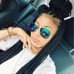 All styles of box braids to sublimate her hair afro On long box braids, everything is allowed! For fans of all kinds of buns, Afro braids in XXL bun bun work as well as the low glamorous bun Zoe Kravitz. Box Braids Hairstyles, African Hairstyles, Protective Hairstyles, Hairstyle Braid, Black Hairstyles, Scene Hair, Protective Styles, Locs, Black Girls