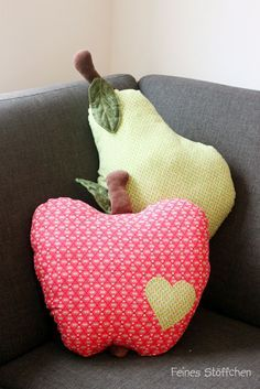 Apple pillow – Delicacies: sewing for children, free sewing patterns, embroidery files, fabrics and more. Funny Pillows, Diy Pillows, Decorative Pillows, Throw Pillows, Fabric Crafts, Sewing Crafts, Sewing Projects, Sewing Patterns Free, Free Sewing