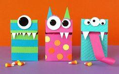 """Qualquer caixa colorida pode virar um """"monstro"""", adicionando olhos, dentes e até língua. Sucesso garantido entre as crianças."""