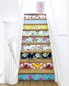 A lépcsőfeljáró függőleges lezárásait különböző virágos tapéta- és csomagolóanyag papírokkal vonták be - a színkavalkád vicces, csöppet sem unalmas és mindig a tavaszt juttatja eszünkbe!