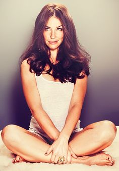 Evangeline Lilly. I'm caught up in four hours of LOST. Forgot how gorgeous she is.