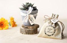 Et pourquoi ne pas offrir à vos invités des cadeaux utiles comme une plante grasse et des petites gourmandises de votre région à glisser dans une pochette personnalisée ? Pour personnaliser tous vos cadeaux de #mariage, offrez-vous un tampon encreur et des étiquettes en kraft recyclé. #cadeauxmariage #cadeauxdinvités #wedding #gift #weddinggift #tamponencreur #stamps