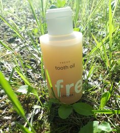 RINGANA🌱 FRESH tooth oil higiena jamy ustnej, skutecznie dba o zęby. Wyjątkowy olej do higieny zębów i jamy ustnej, zainspirowany tradycją ssania oleju. W 100% naturalny FRESH tooth oil z olejem sezamowym, imbirem jawajskim i olejkiem eukaliptusowym wiąże szkodliwe bakterie w jamie ustnej, a nawet zastępuje pastę do mycia zębów. Łagodne drobiny myjące delikatnie oczyszczają, a wyciągi roślinne najwyższej jakości chronią przed próchnicą, parodontozą i nieprzyjemnym oddechem. Shampoo, Personal Care, Wine, Drinks, Bottle, Beauty, Drinking, Self Care, Beverages