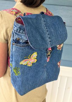 Upcycled Blue Denim retro Gasoline Jeans made into a backpack! Lined and accentuated with floral quilted cotton fabric (pink, yellow, blue flowers on pink background). Features: embroidery/patchwork on front of bag/jeans (butterflies), recessed zippe Diy Jeans, Recycle Jeans, Denim Backpack, Denim Purse, Jean Crafts, Denim Crafts, Floral Denim, Floral Fabric, Blue Denim